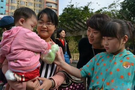 志愿者给新和家园3号家庭的小朋友送玩具.jpg