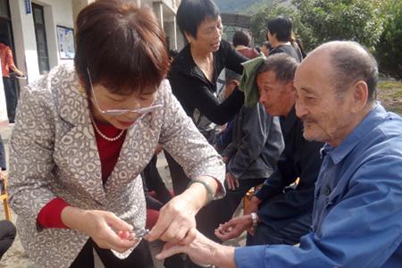 志愿者专心给老人剪指甲.jpg