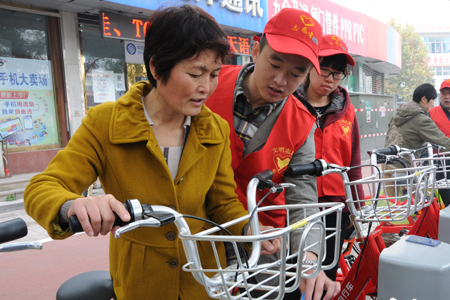 志愿者教市民正确使用公共自行车.jpg