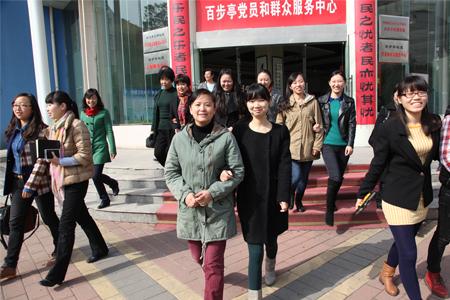 图为:百步亭社区工作者群像.jpg