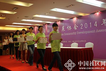 百步亭颁奖组志愿者正在进行颁奖彩排