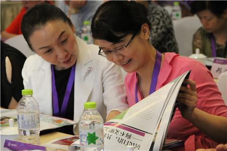 王波和参会代表欣赏《社区天地》创刊号