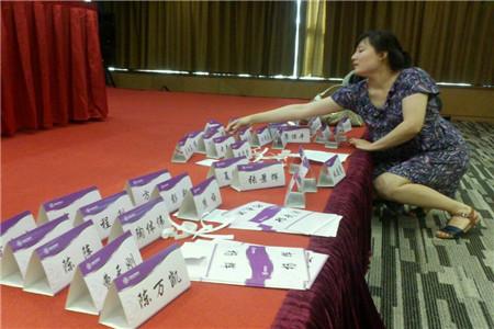 北京会务组志愿者正在分配会议席卡