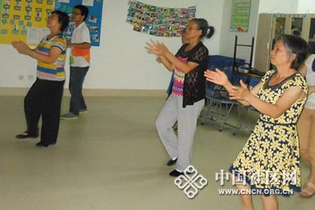 秦关华,朱连凤,叶清芳阿姨在学习拍手操图片
