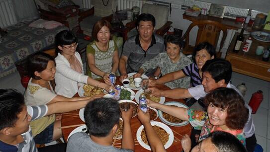 一家人一起吃中秋团圆饭