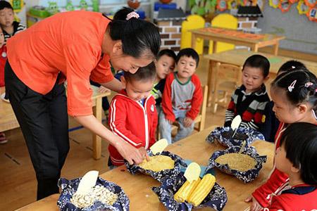 """的指导下辨认""""五谷杂粮"""".王思哲 摄-世界粮食日 关注粮食浪费 节"""