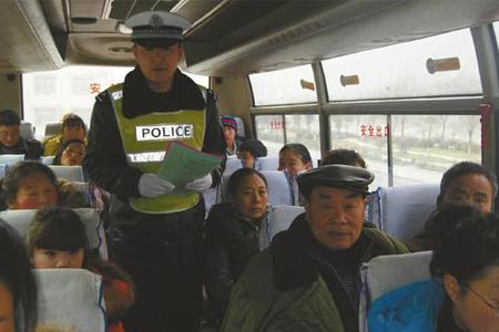 李富龙生前工作照片. 资料图片.jpg