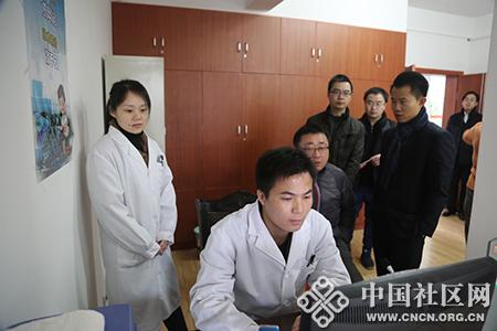 医生与居民正通过视频摄像头互动.JPG