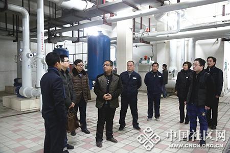 专家团考察小区地源热泵系统.JPG