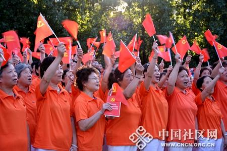 居民高举红旗庆祝党建95周年摄影者何盛江_副本.jpg