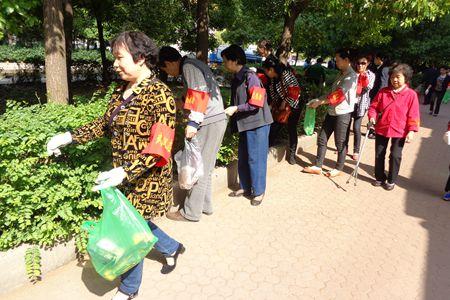 """抱抱团""""帮帮邻志愿服务队成员在苑区捡垃圾.JPG"""
