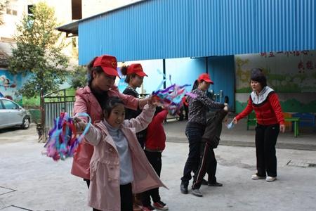 志愿者和孤独症孩子玩游戏.jpg