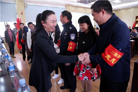 百步亭社区党委副书记王波与辖区市直机关单位志愿者代表握手.jpg