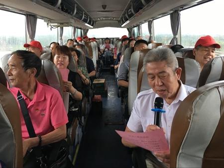 在去的路上党员们认真练习红色歌曲.jpg