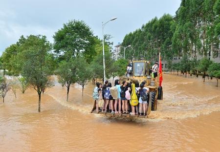 7月3日,救援的铲车将桂林旅游学院受困学生转移到安全地带。新华社记者李绚丽 摄.jpg