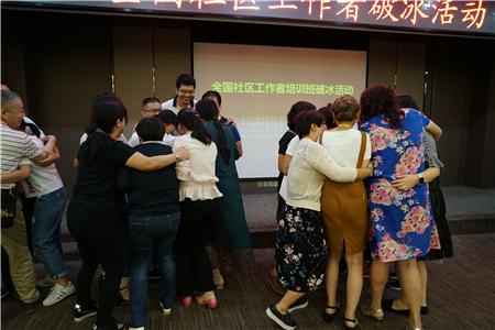 学员玩数钱游戏抱成一团.JPG