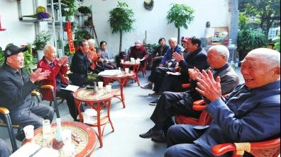 """为响应许昌市建设""""书香许昌""""的倡导,2017年9月,七一社区倡导发起了读书会。图为社区的老人在开展读书会活动。.png"""