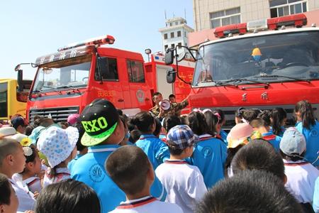 组织实验小学学生到消防支队参观学习消防知识_副本.jpg