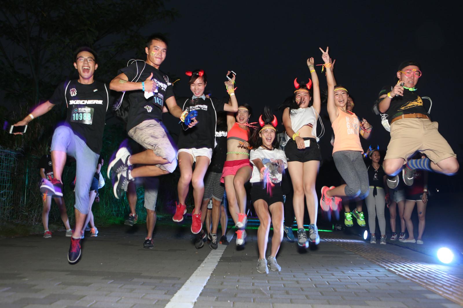 社区健身爱好者在跑道上欢呼、奔跑.jpg