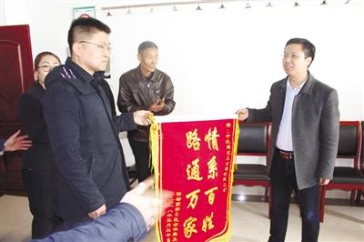 居民代表给中北煤化工有限公司送来锦旗.jpg