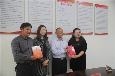 现代城支部将精心准备的《龙8国际app龙8国际工作法》送给张晗书记_副本.jpg